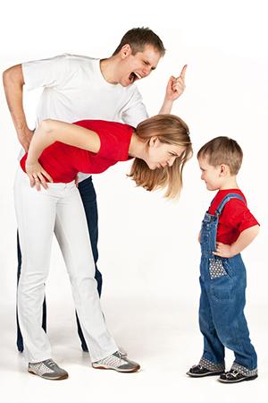 Padre chillando a un niño